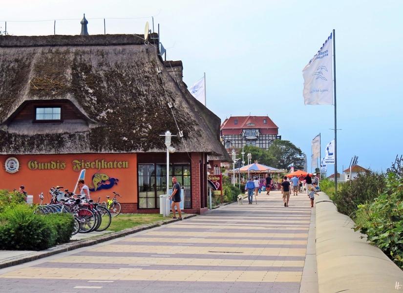 2018-08-17 mittags, Kühlungsborn, Strandpromenade Richtung Baltic Platz mit Hotel 'Schloss am Meer' hinten
